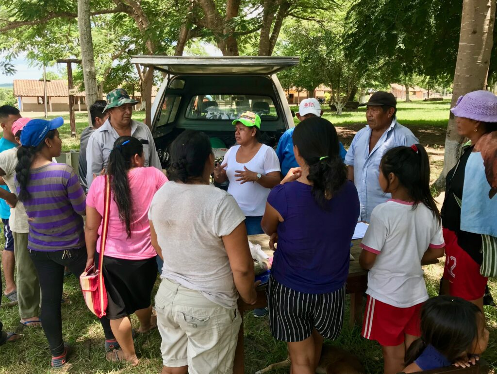 Teko Kavis teknikere uddeler frø i landsbyen San Lorenzo
