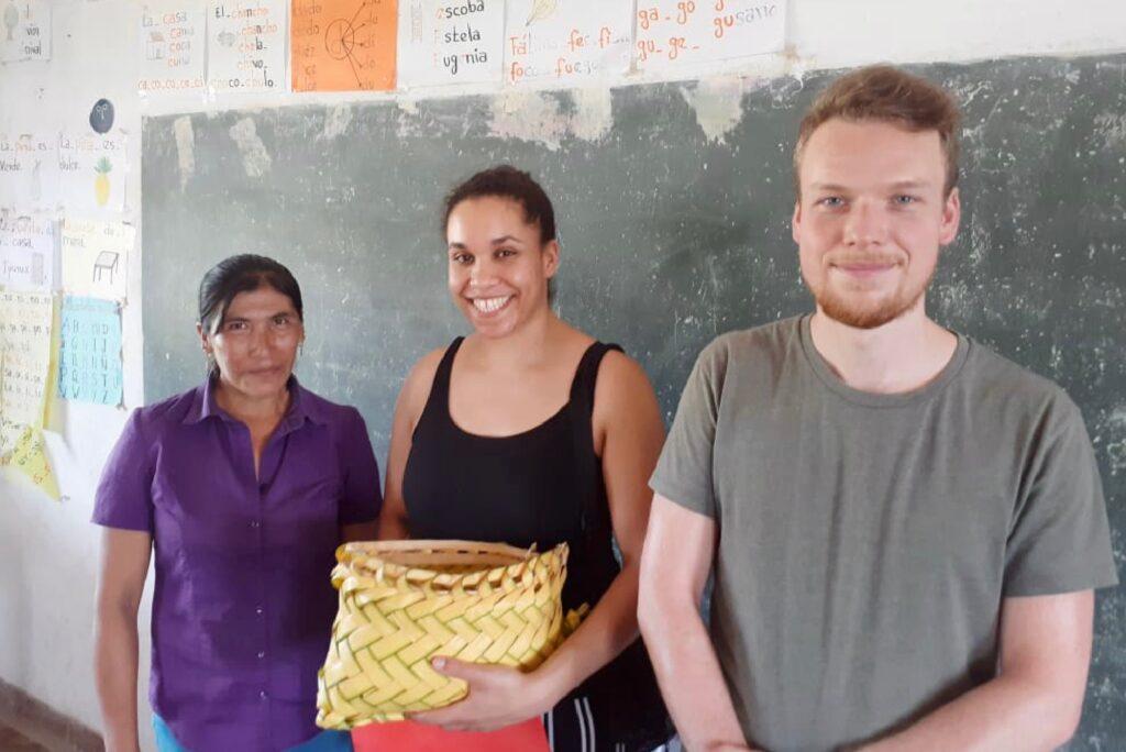Lea og Simon fra DIB får en gave af folk i landsbyen Las Trancas
